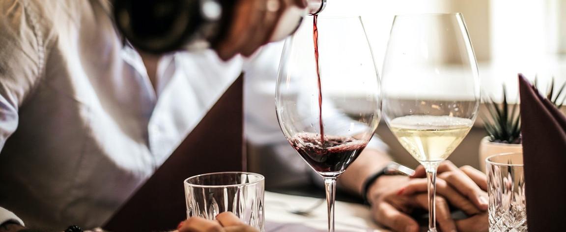5 razones por las que pedirte una copa de vino en vez de una cerveza