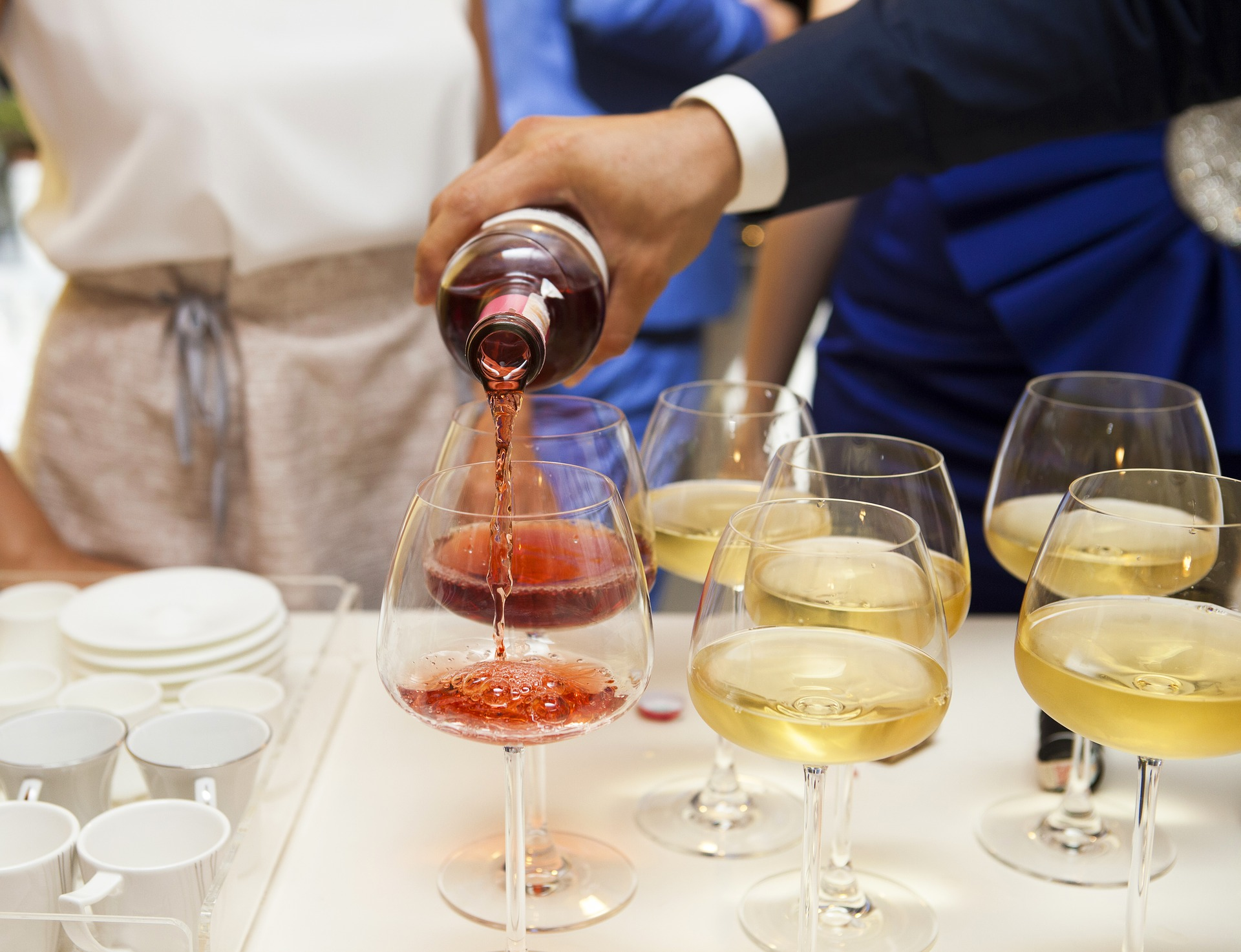 persona servir vino mano