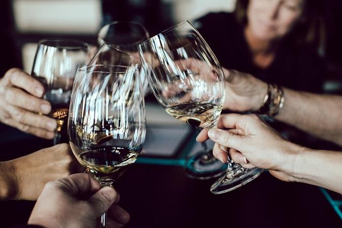 ¿Cuál es el origen del brindis? Conoce las mejores frases para brindar con vino