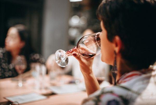 mujer cata copa vino