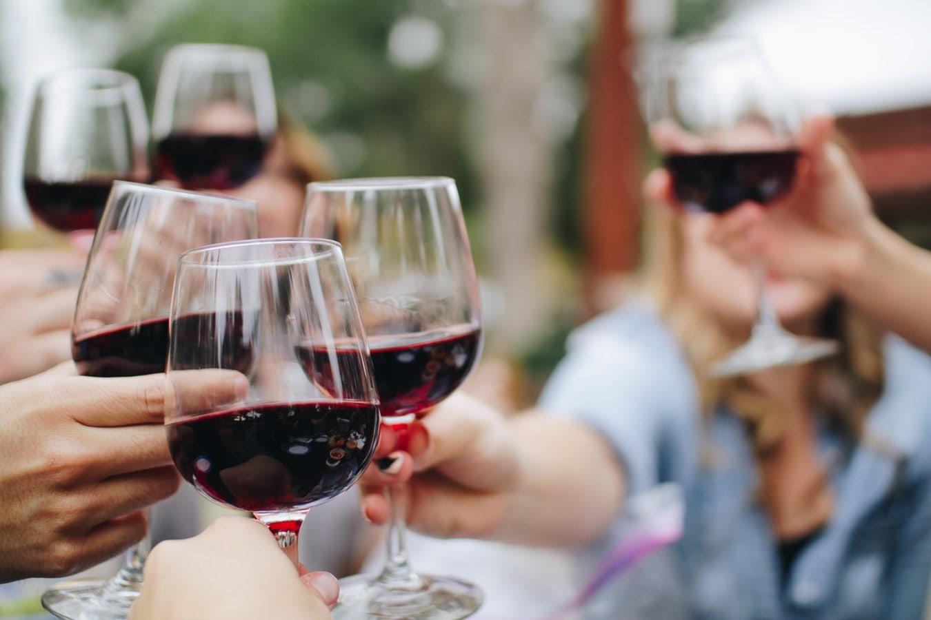 personas brindis vino tinto