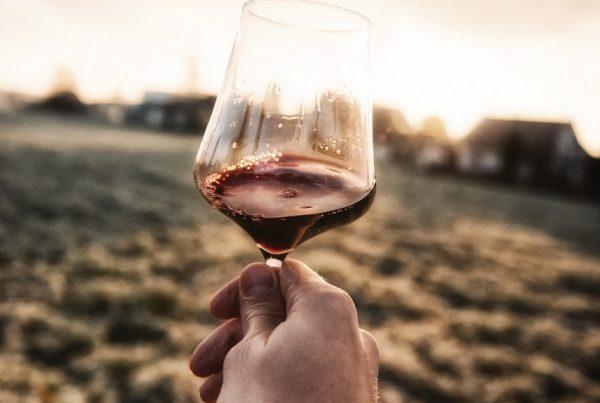 mano copa de vino