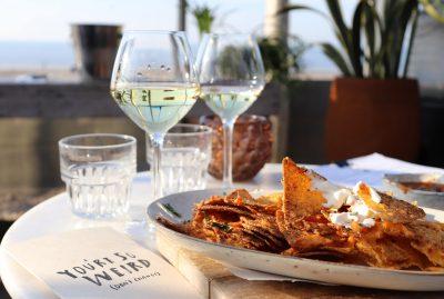vino blanco y nachos